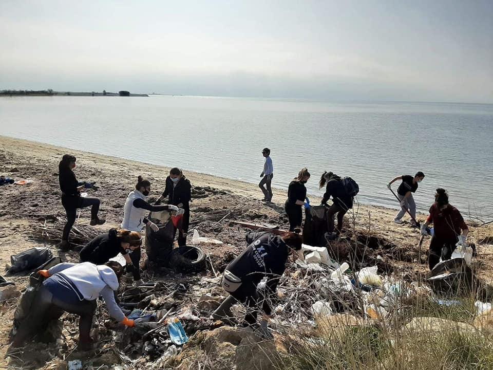 ΤΩΡΑ: Εθελοντικός καθαρισμός της παραλίας στη Ριβιέρα