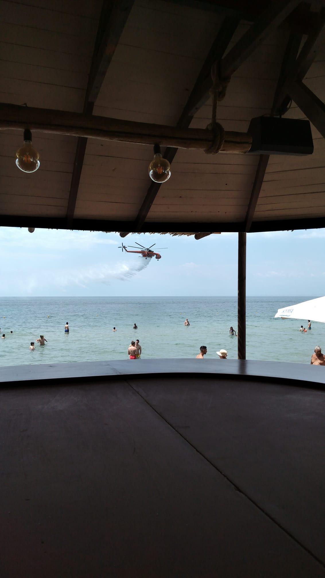 """Δοκιμές πυροσβεστικού ελικοπτέρου """"αναστάτωσαν"""" την Παραλία Επανομής (ΒΙΝΤΕΟ)"""