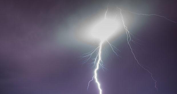 ΤΩΡΑ: Κεραυνός στο Αγγελοχώρι-Χωρίς ρεύμα το χωριό
