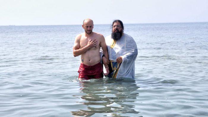 Βάπτισε πιστό στη θάλασσα ο πάτερ-Βησσαρίωνας