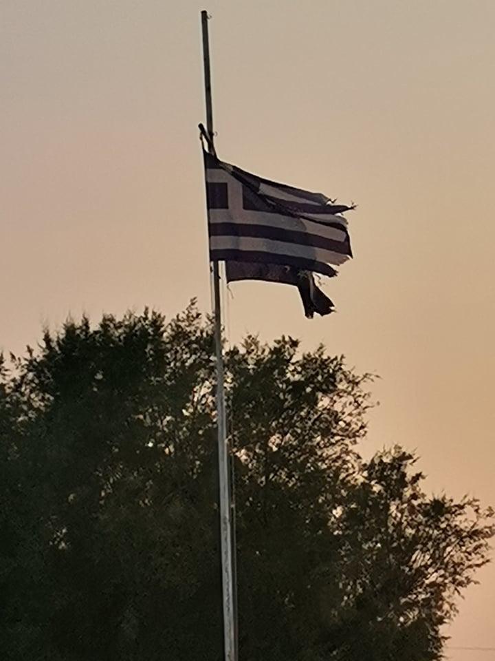 Σκίστηκαν οι σημαίες στη πλατεία των Νέων Επιβατών