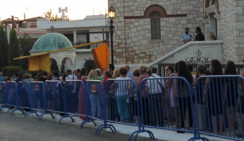 ΜΗΧΑΝΙΩΝΑ-ΤΩΡΑ: Ουρά πολλών μέτρων για προσκύνημα στη θαυματουργή εικόνα της Παναγιάς